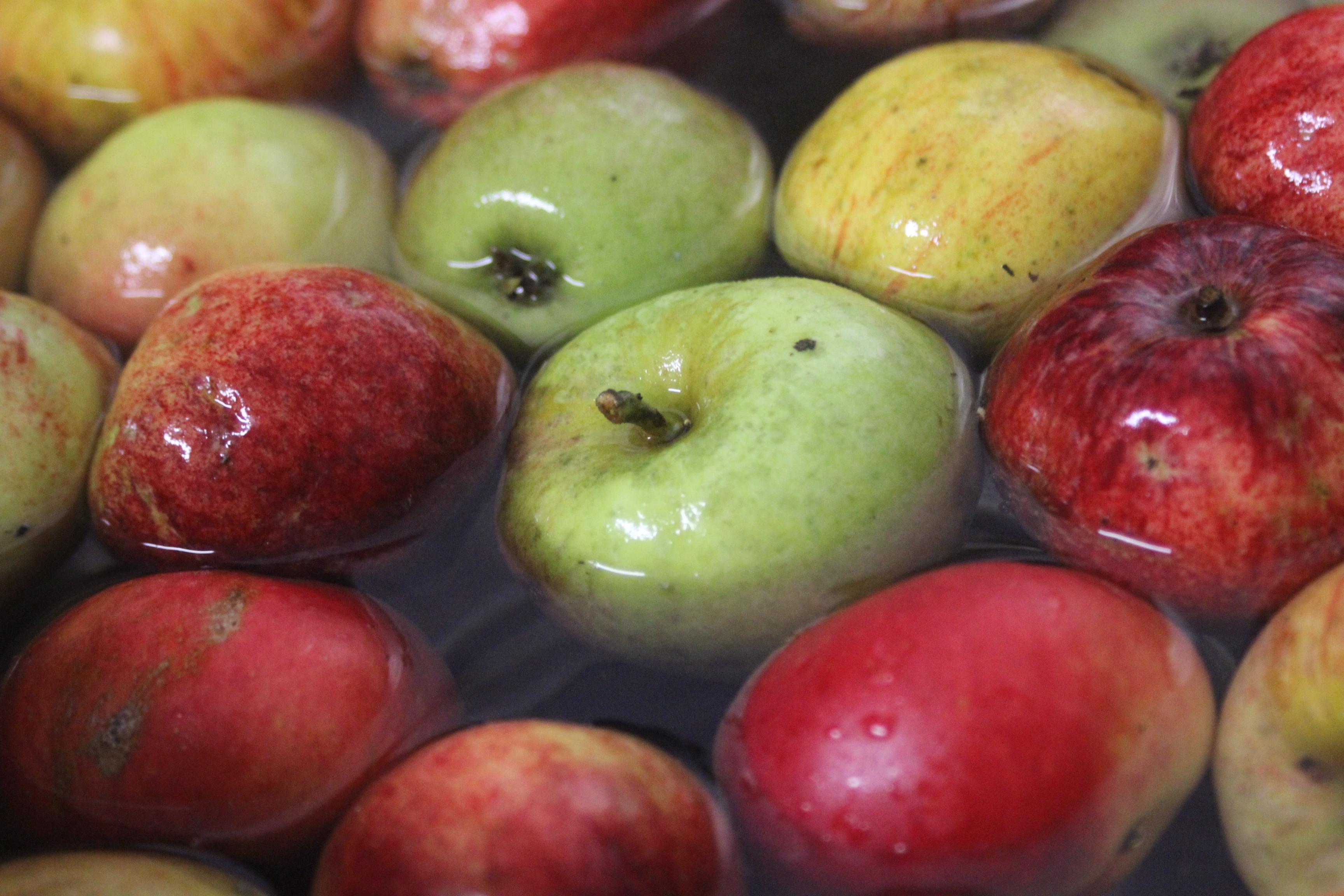 Innan äpplen kan bli must måste dom få ett lite bad